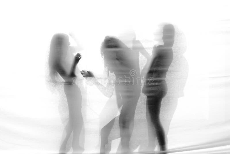 Gruppo di ballerini contemporanei che eseguono in scena fotografia stock