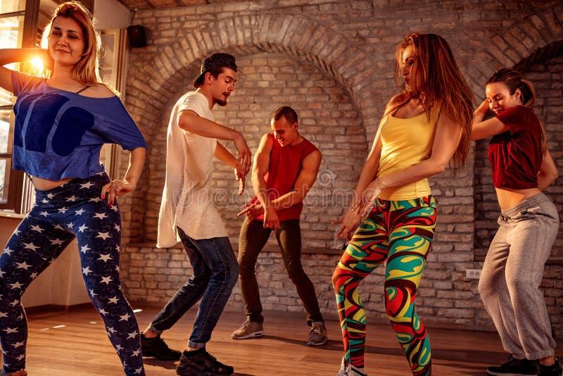 Gruppo di ballerini hip-hop moderni della rottura dell'artista della via che ballano nella t immagini stock libere da diritti