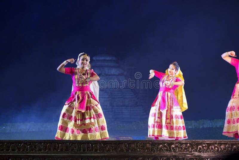Gruppo di ballerini di Sattriya che eseguono ballo di Sattriya in scena al tempio di Konark, Odisha, India Un ballo indiano class fotografie stock libere da diritti