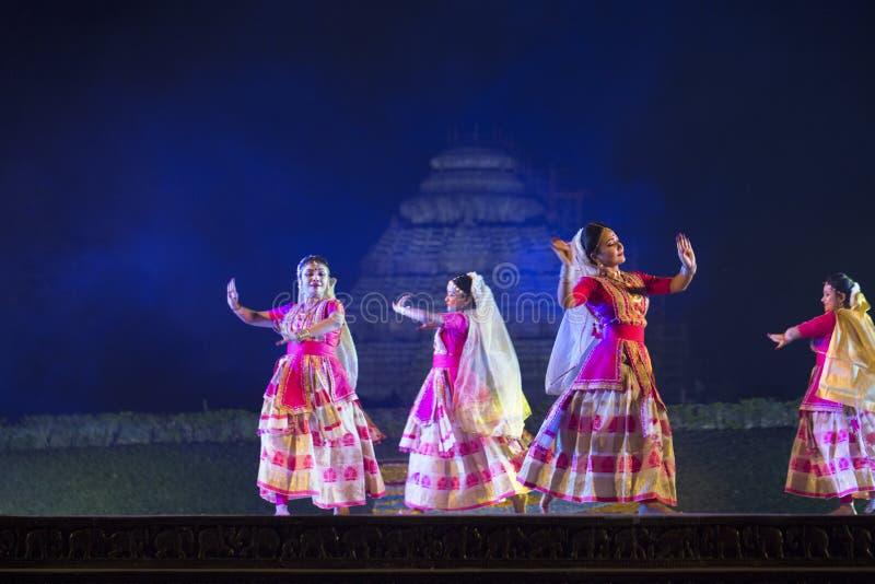 Gruppo di ballerini di Sattriya che eseguono ballo di Sattriya in scena al tempio di Konark, Odisha, India Un ballo indiano class immagine stock