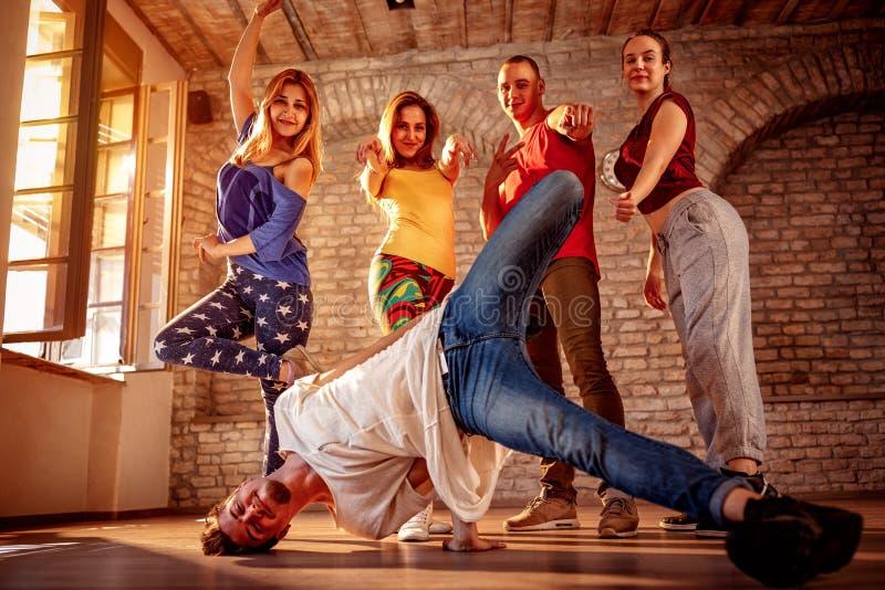 Gruppo di ballo di passione - ballerino hip-hop urbano fotografia stock libera da diritti
