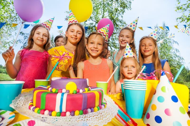 Gruppo di bambini adorabili divertendosi al partito B giorno fotografie stock libere da diritti