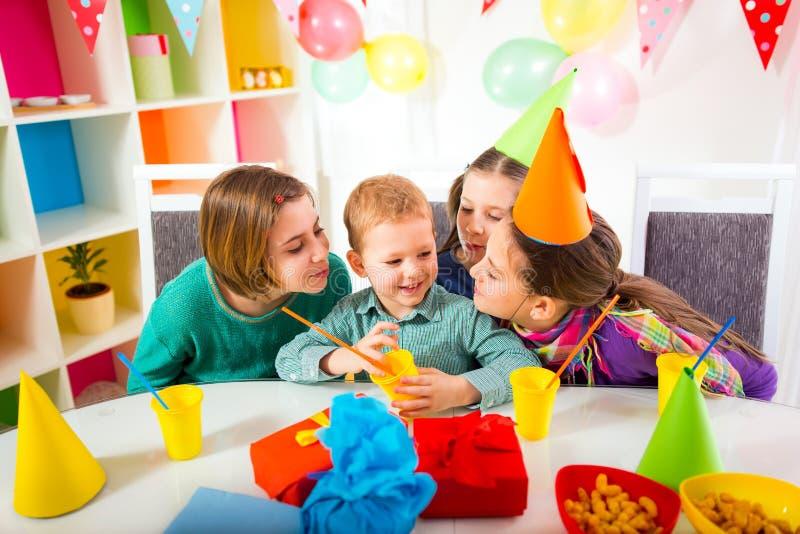 Gruppo di bambini adorabili divertendosi alla festa di compleanno, fuoco selettivo fotografie stock
