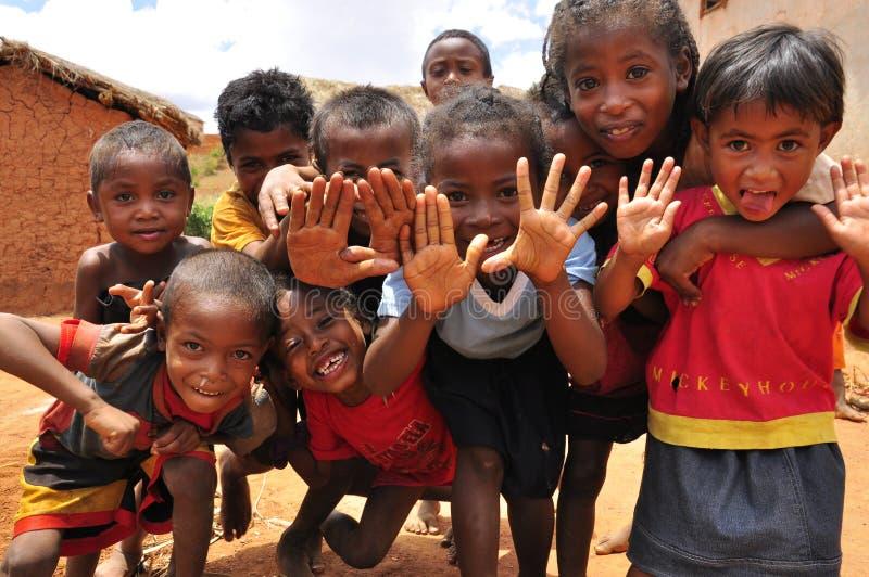 Gruppo di bambini africani che giocano con le mani immagini stock libere da diritti