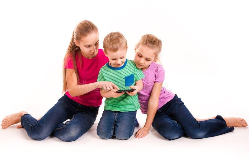 Gruppo di bambini che esaminano il pc della compressa fotografia stock libera da diritti