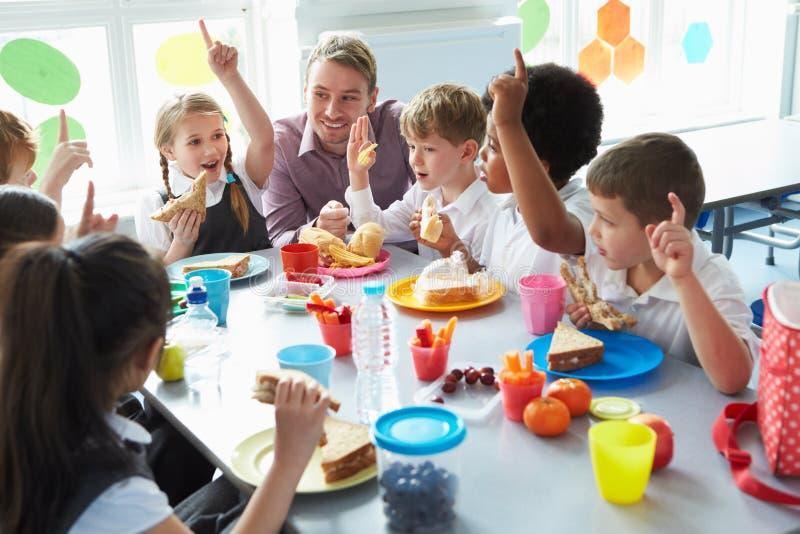 Gruppo di bambini che mangiano pranzo nel self-service di scuola fotografia stock libera da diritti