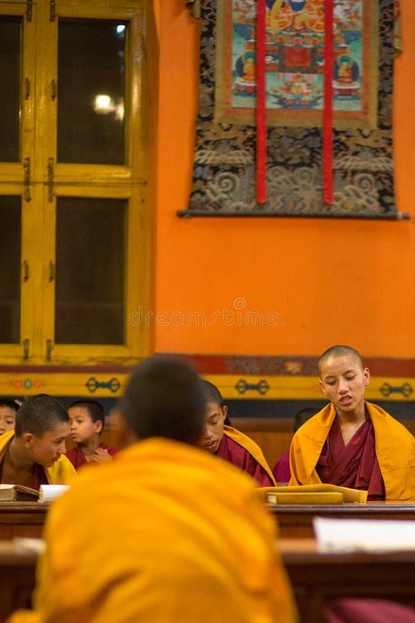 Gruppo di bambini che pregano a Kathmandu fotografia stock