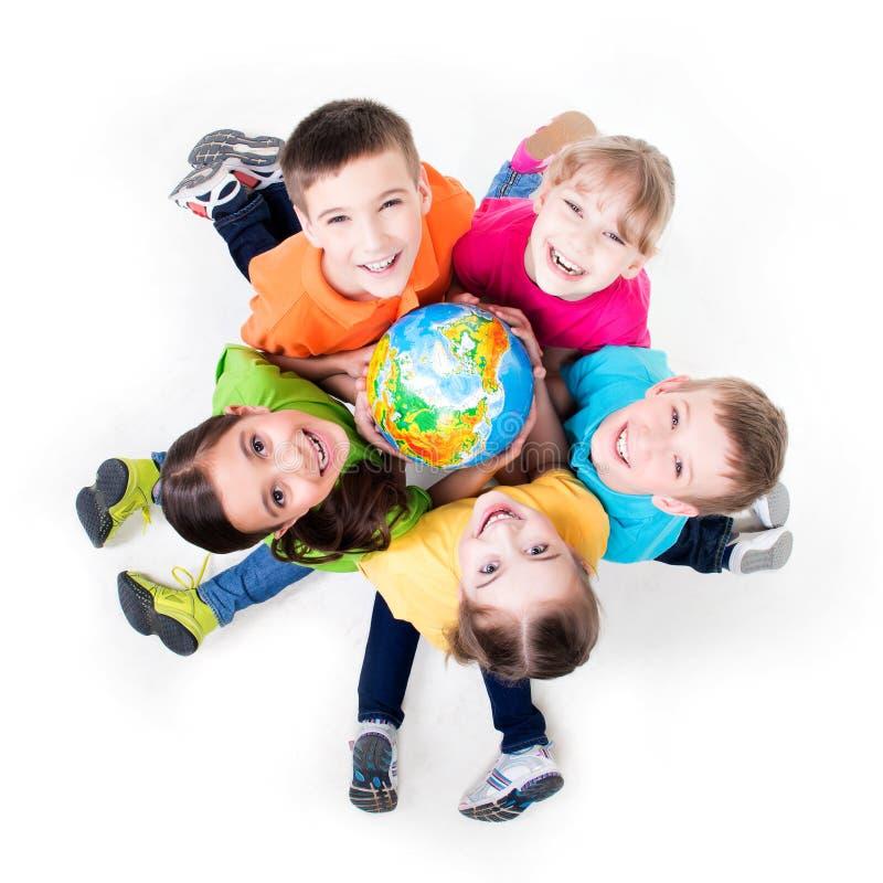 Gruppo di bambini che si siedono sul pavimento in un cerchio. immagini stock libere da diritti