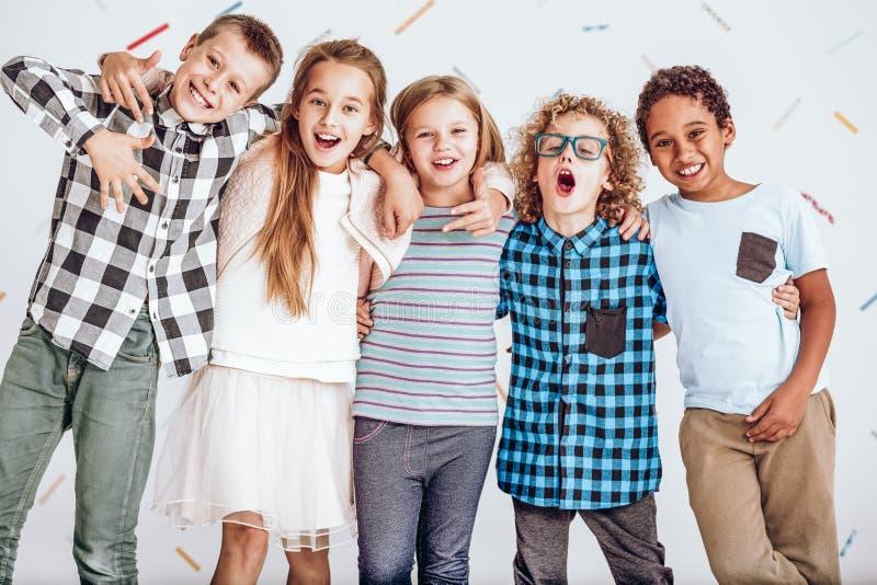 Gruppo di bambini che stanno in una fila fotografia stock libera da diritti