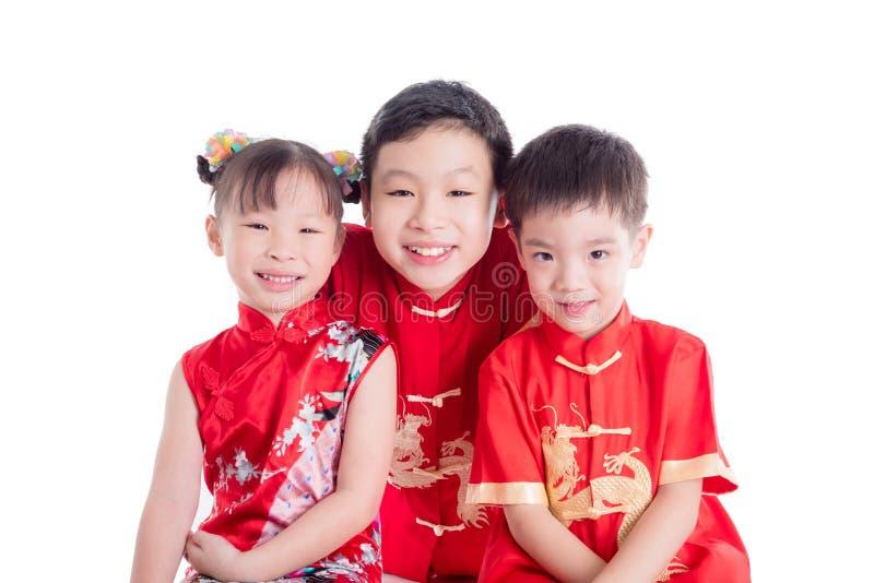 Gruppo di bambini cinesi che portano costume tradizionale fotografia stock libera da diritti