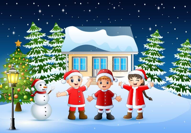 Gruppo di bambini in costume rosso di Santa allegro e che ride nel villaggio nevoso royalty illustrazione gratis