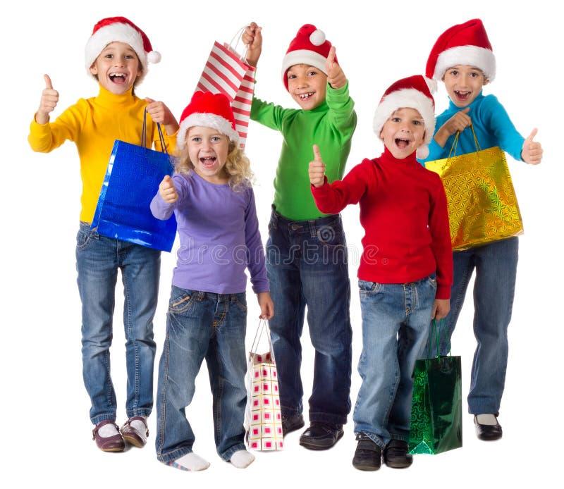 Gruppo di bambini felici con i regali di natale immagine stock libera da diritti