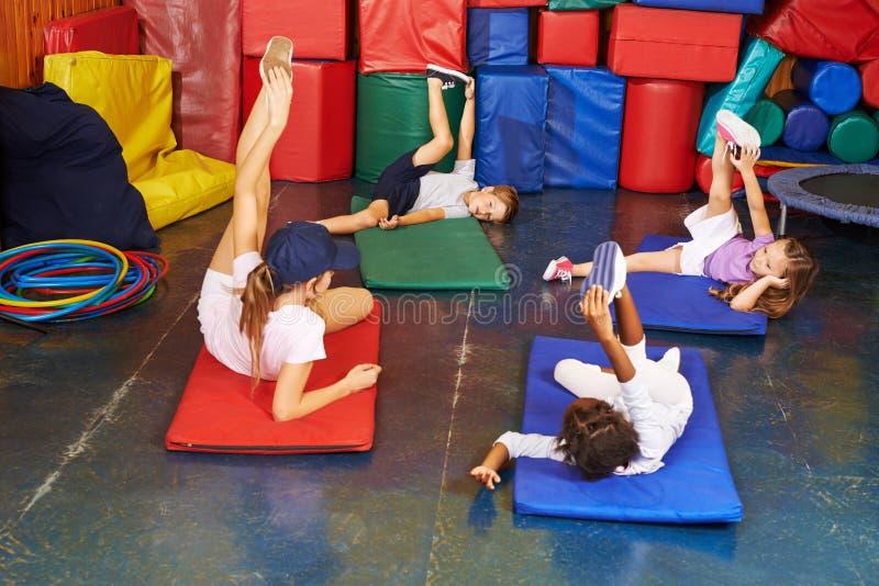 Gruppo di bambini nell'educazione fisica fotografia stock libera da diritti