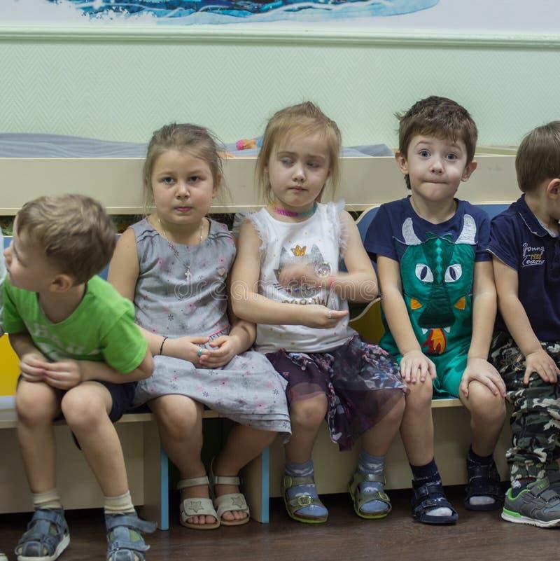 Gruppo di bambini nell'iarda dei bambini Partito di buon compleanno di un ragazzino fotografia stock