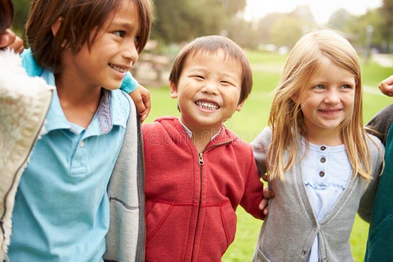 Gruppo di bambini piccoli che vanno in giro nel parco fotografia stock