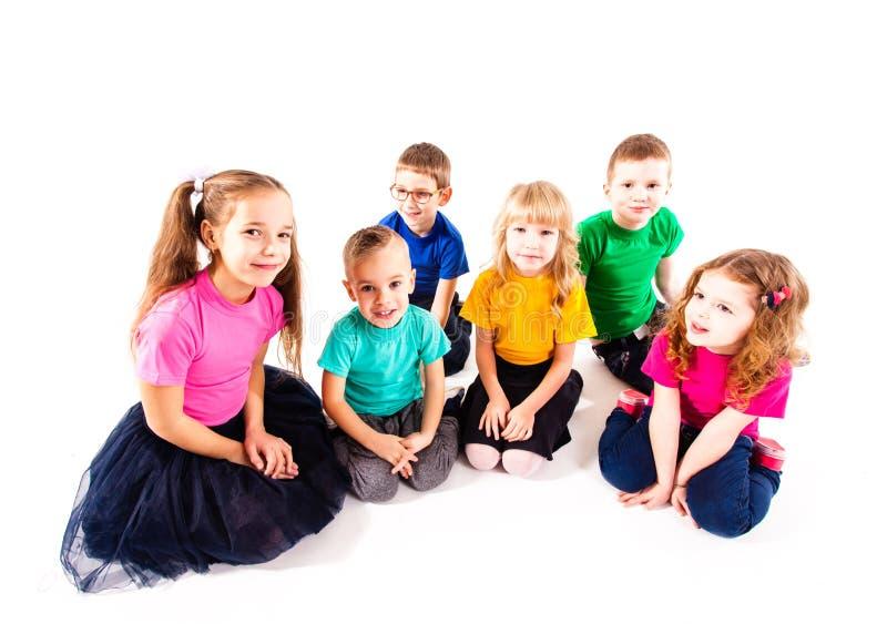Gruppo di bambini sorridenti felici fotografia stock libera da diritti
