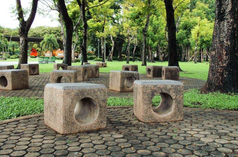 Gruppo di banco concreto della scultura in giardino immagine stock libera da diritti