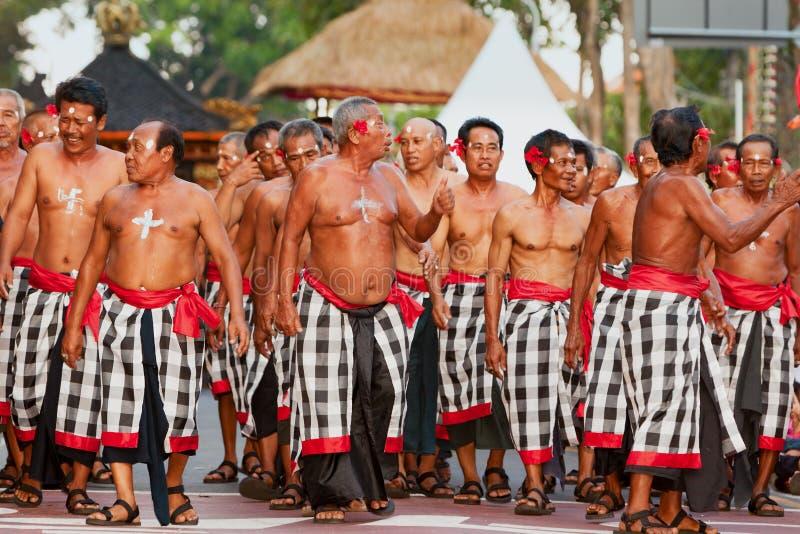 Gruppo di bei ballerini degli uomini di balinese in costumi tradizionali fotografie stock