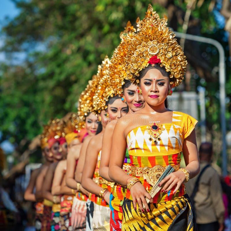 Gruppo di bei ballerini delle donne di balinese in costumi tradizionali immagini stock