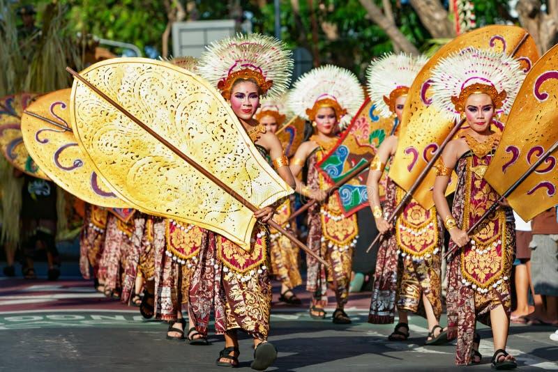 Gruppo di bei ballerini delle donne di balinese in costumi tradizionali fotografia stock libera da diritti