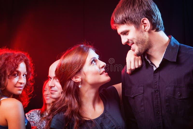 Gruppo di bei giovani amici al night-club. immagine stock libera da diritti