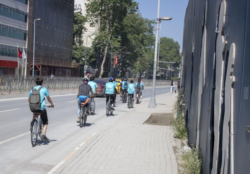 Gruppo di biciclette sul bordo della strada fotografia stock libera da diritti