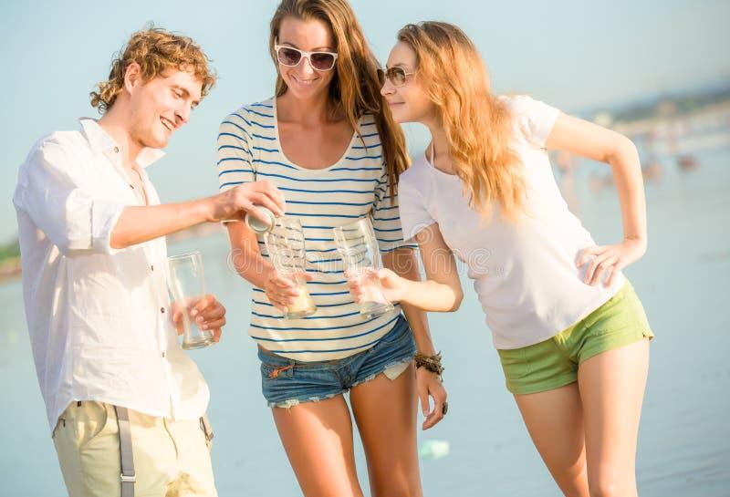 Download Gruppo Di Birra Bevente Felice Dei Giovani Sul Fotografia Stock - Immagine di felicità, uomini: 55354590
