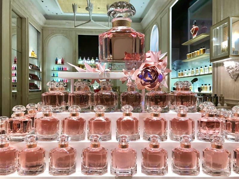 Gruppo di bottiglie eleganti di profumo in una finestra del negozio della profumeria di Guerlain fotografia stock libera da diritti