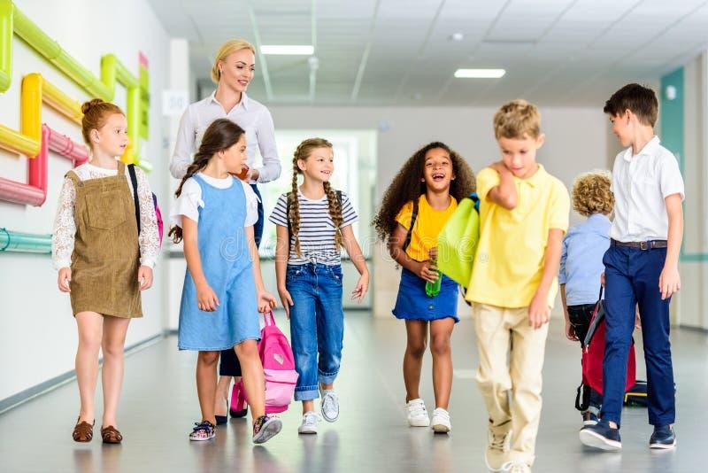 gruppo di camminata felice dei compagni di classe fotografia stock libera da diritti