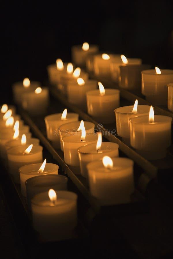Gruppo di candele illuminate a Roma, Italia. immagini stock libere da diritti
