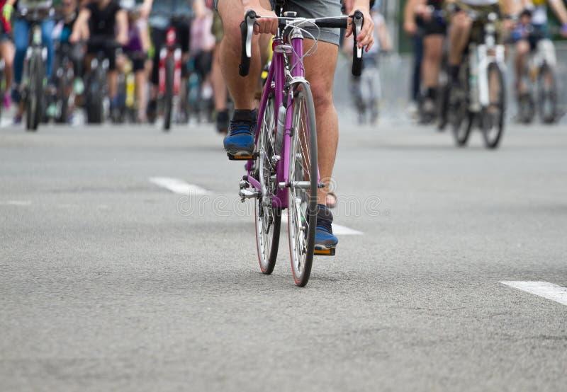 Gruppo di ciclista alla corsa della bici fotografia stock libera da diritti