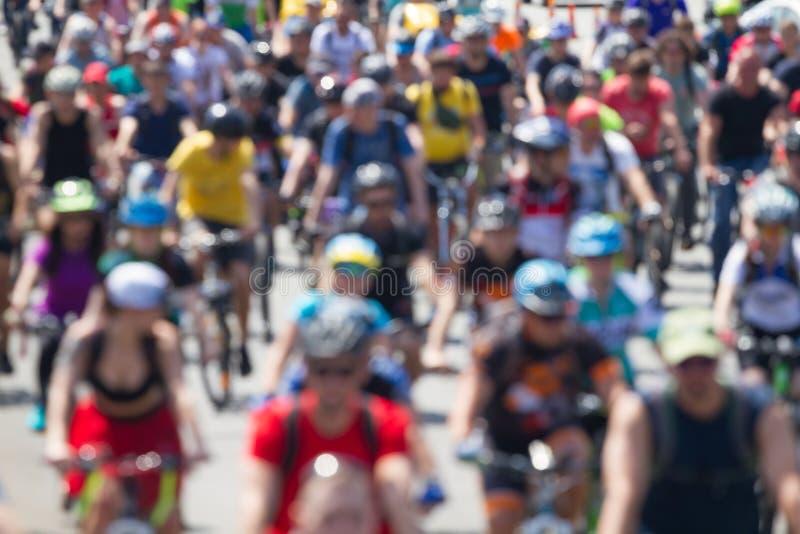 Gruppo di ciclisti che guidano la strada immagine stock libera da diritti