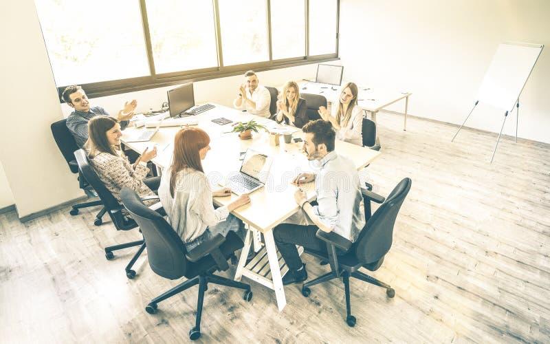 Gruppo di colleghe degli impiegati dei giovani alla riunione d'affari immagini stock