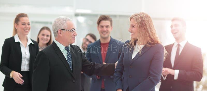 Gruppo di colleghi felici che comunicano nell'ufficio fotografie stock libere da diritti