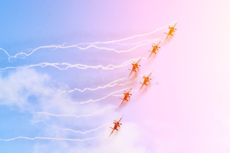 Gruppo di combattenti nel cielo con una traccia di fumo nero e le tracce di nuvole bianche di vortice del vapore fotografie stock