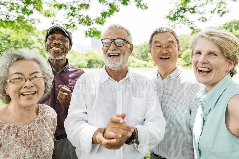 Gruppo di concetto senior di felicità degli amici di pensionamento fotografia stock libera da diritti