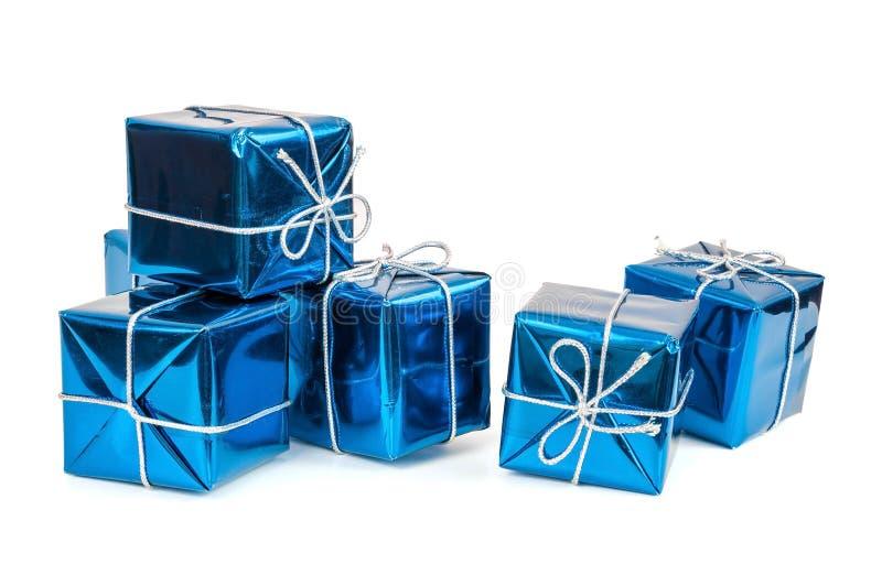 Gruppo di contenitori di regalo blu con i nastri d'argento fotografia stock