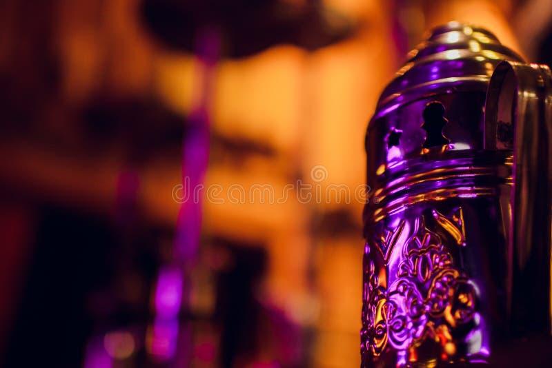Gruppo di copertura del tubo di shisha del metallo sullo scaffale per il tabacco bruciante del carbone e la tubatura dell'acqua d fotografia stock