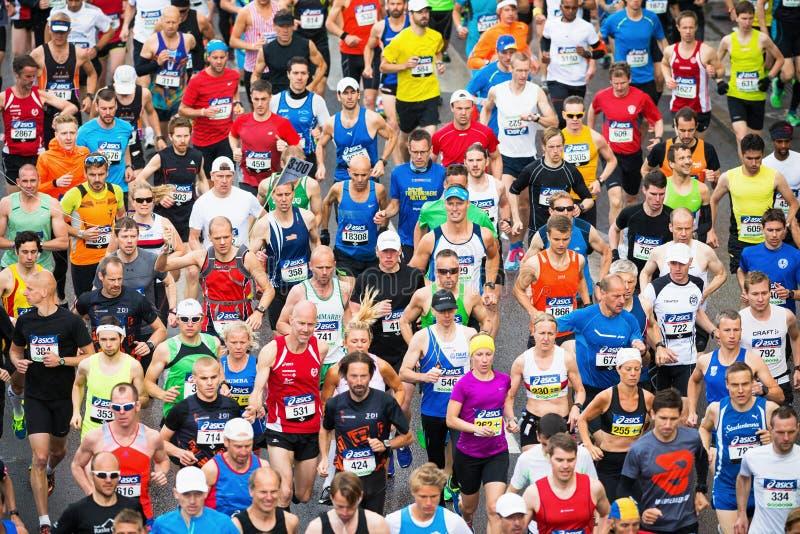 Gruppo di corridori dopo l'inizio della maratona di Stoccolma di ASICS fotografie stock