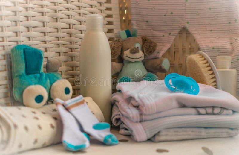 Gruppo di cose per i pannolini del bambino, crema, capezzolo, pettine, forbici, fotografie stock