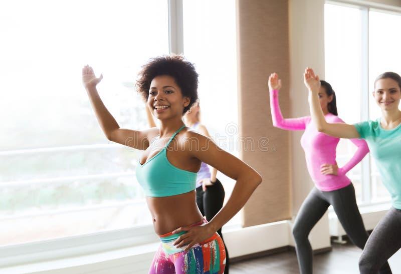 Gruppo di dancing sorridente della donna nella palestra o nello studio fotografia stock libera da diritti