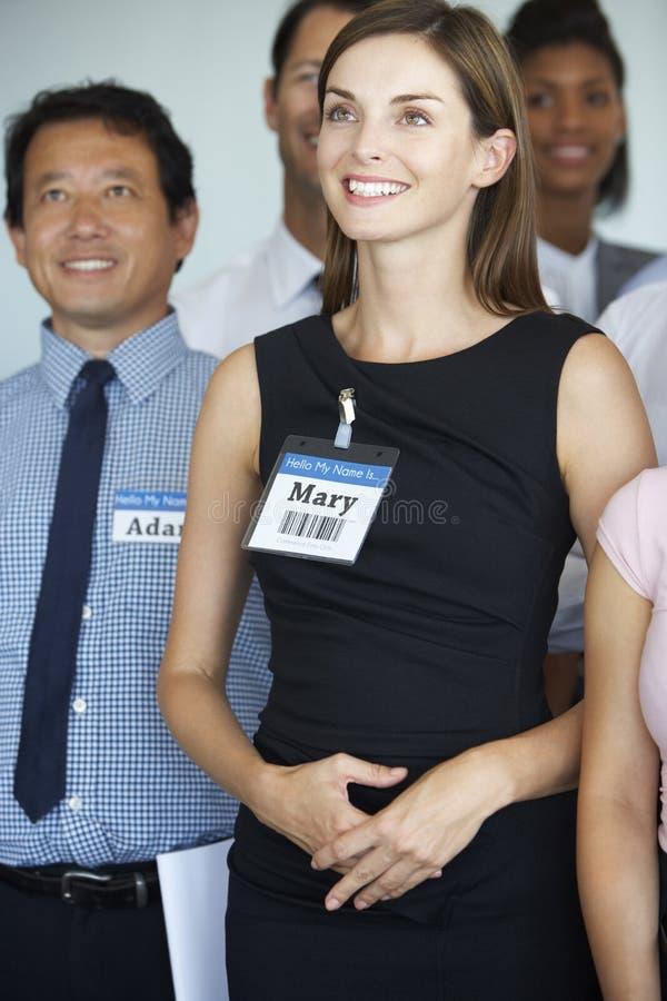 Gruppo di delegati che ascoltano la presentazione alla conferenza immagine stock libera da diritti