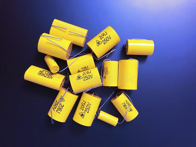 Gruppo di dimensioni differenti dei condensatori assiali a film metallico audiophile fotografie stock libere da diritti