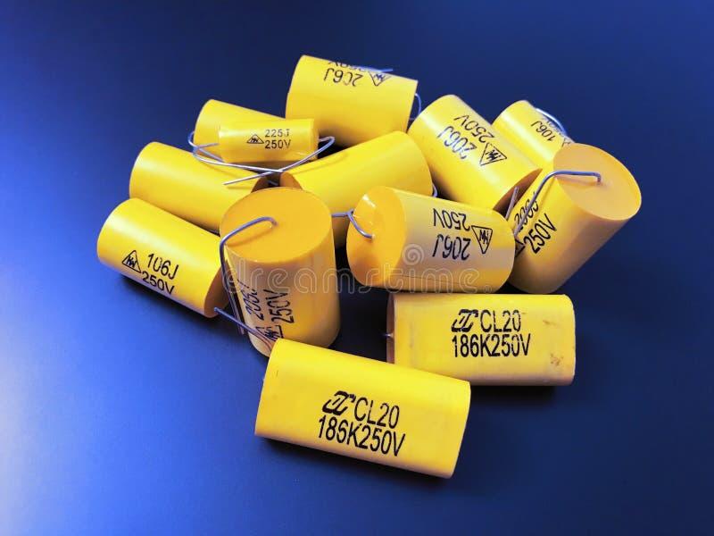 Gruppo di dimensioni differenti dei condensatori assiali a film metallico audiophile fotografie stock