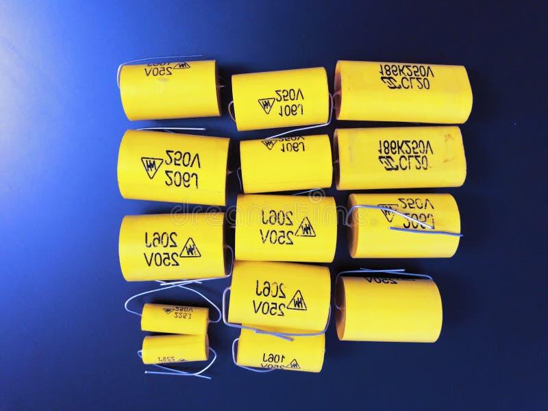 Gruppo di dimensioni differenti dei condensatori assiali a film metallico audiophile fotografia stock