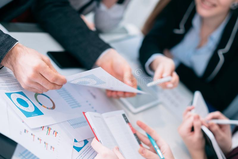 Gruppo di discussione di riunione d'affari di analisi delle vendite fotografia stock