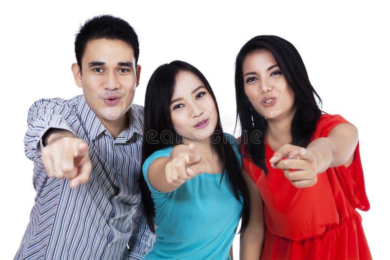 Gruppo di dito diritto del punto dei giovani voi fotografie stock libere da diritti