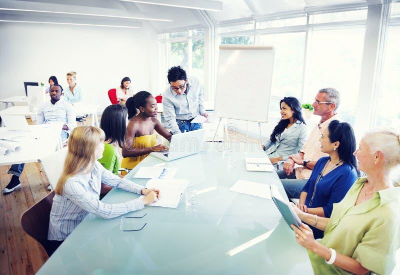 Gruppo di diversa gente che lavora nell'ufficio immagini stock libere da diritti