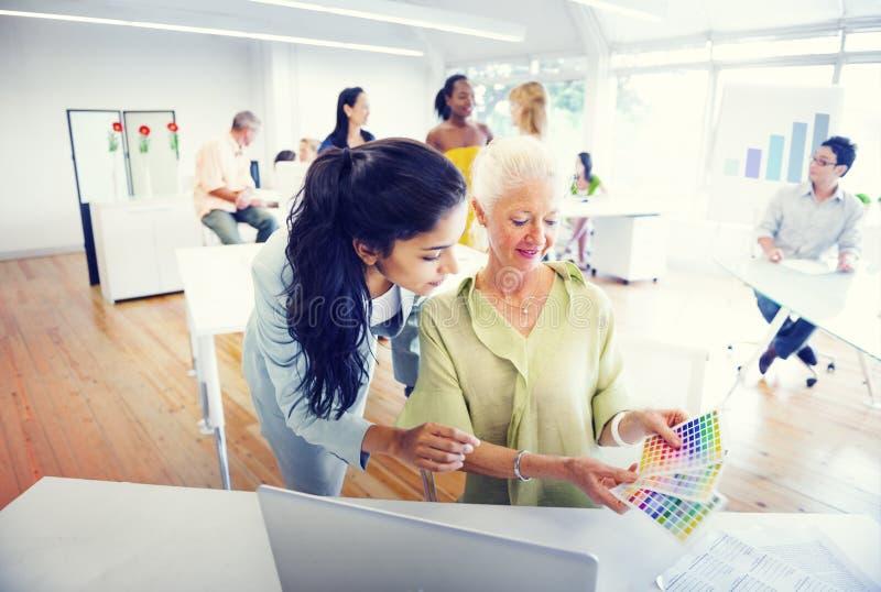Gruppo di diversa gente che lavora nell'ufficio immagine stock