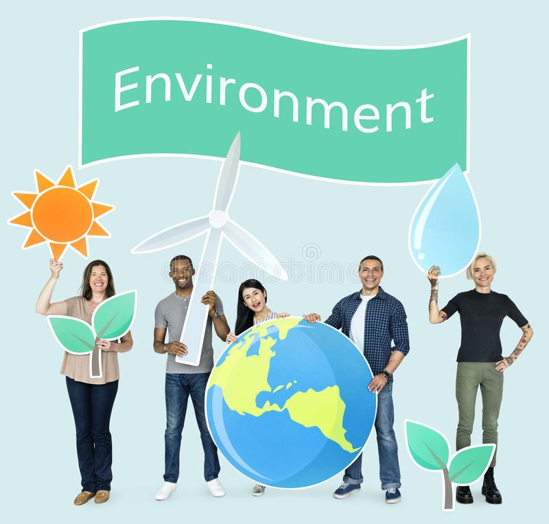 Gruppo di diversa gente che tiene le icone ecologiche immagini stock